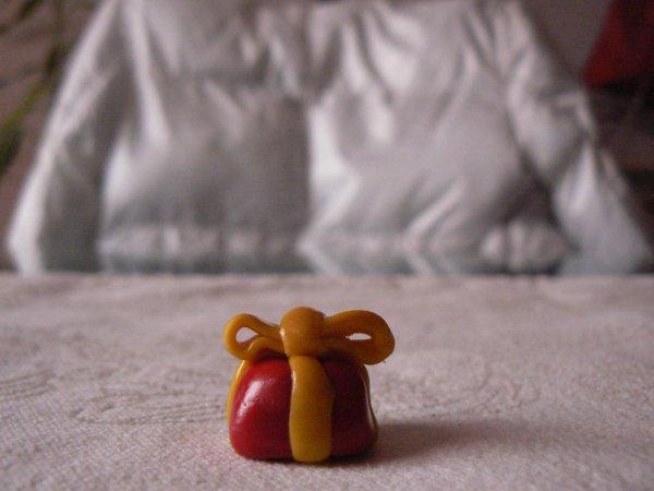le cadeau rouge et jaune