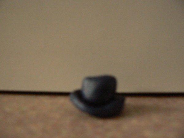 chapeau bleu foncée et un peut brillant