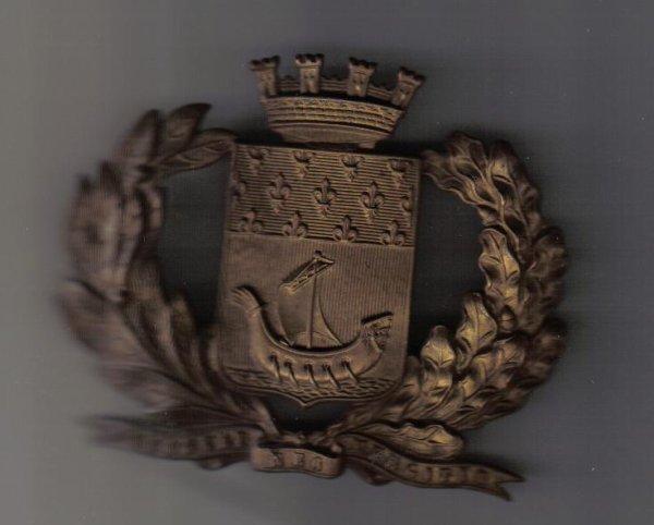 recherche renseignements  sur cette plaque de casque  de Paris?