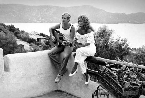 Dalida et François Valéry dans la maison de Dalida à Porto-Vecchio en Corse - 1983