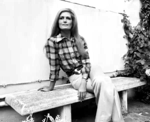 Dalida dans le jardin de sa maison de Montmartre, vers 1972