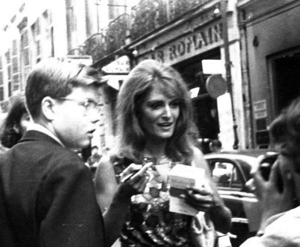 Dalida et des fans à l'époque de L'Olympia 1964