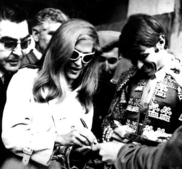 """Dalida et Manuel Benítez  """"El Cordobés"""" avec qui elle aurait eu une liaison - 1966"""