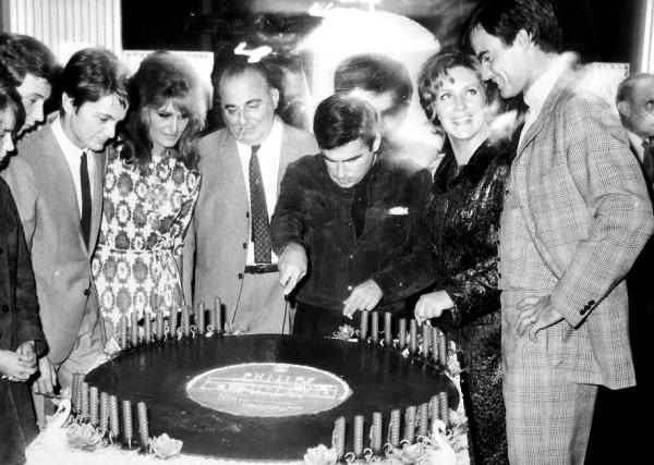 Dalida avec Claude François, Bruno Coquatrix et Claude Nougaro qui fait sa première partie à L'Olympia - 1964