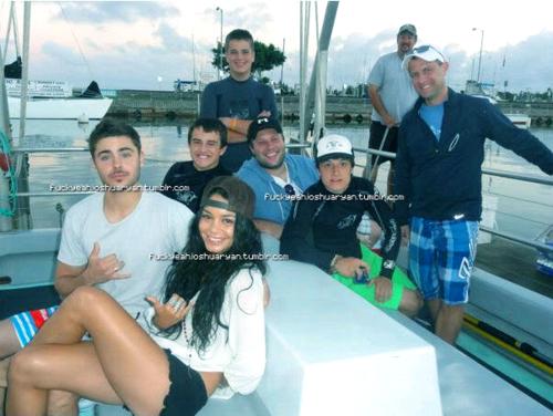 ■ Photo de Zac & Vanessa qui date de quand il est allé lui rendre visite à Hawaii en novembre dernier ♥