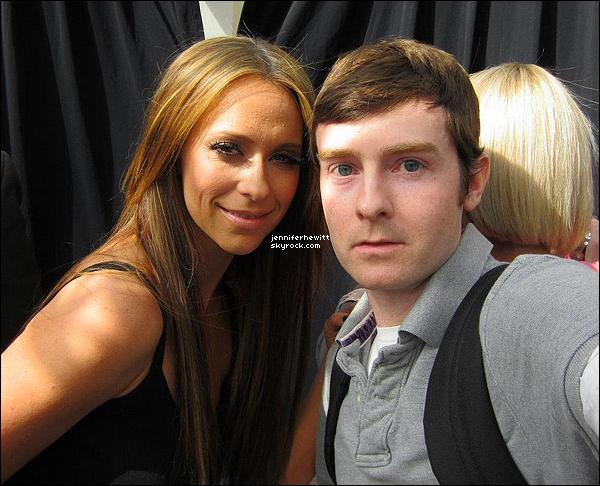 """05/05/2012 - Jennifer Love Hewitt était présente pour un épisode de """"Extra"""" à Los Angeles."""