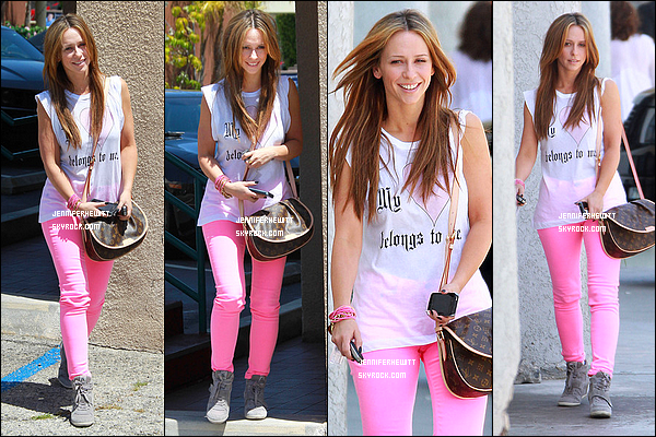 28/04/2012 - Jennifer Love Hewitt était de sortie shopping et balade dans Los Angeles.