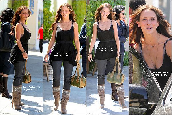 25/05/2012 - Jennifer Love Hewitt était au restaurant The La Loggia avec des amis dans Studio City.