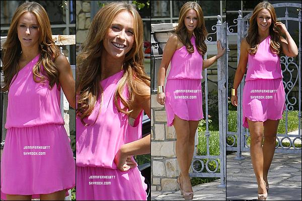 08/04/2012 - Jennifer Love Hewitt était de sortie en tenue légère dans la ville de Los Angeles.