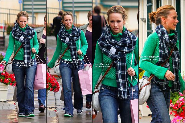 17/03/2012 - Jennifer Love Hewitt était de sortie shopping avec Rebecca dans Los Angeles pour la Saint Patrick.