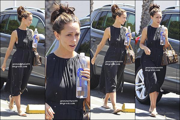 07/06/2012 - Jennifer Love Hewitt était de sortie pour manger avec des amis et en balade dans Los Angeles.