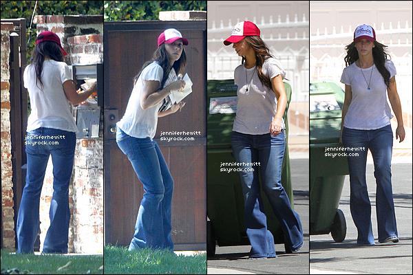 28/06/2012 - Jennifer Love Hewitt a été aperçue entrain de récupérer son courrier et jeter ses déchets.