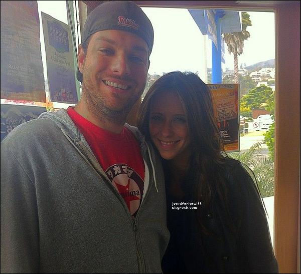 04/07/2012 - Jennifer Love Hewitt à été prise en photo en compagnie d'un fan.