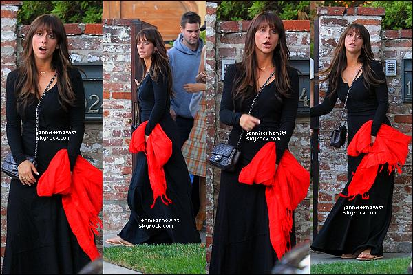 07/07/2012 - Jennifer Love Hewitt à été vue s'en allant au bowling avec des amis.