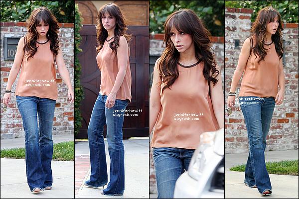14/07/2012 - Jennifer Love Hewitt à été vue sortant de chez elle pour se balader à Los Angeles.