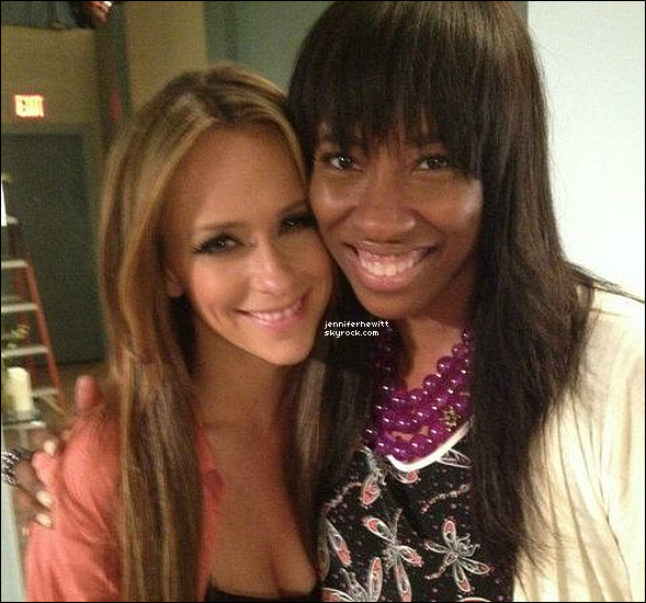 """01/05/2012 - Jennifer Love Hewitt à été prise en photo avec une jeune femme sur le set de """"The Client List""""."""