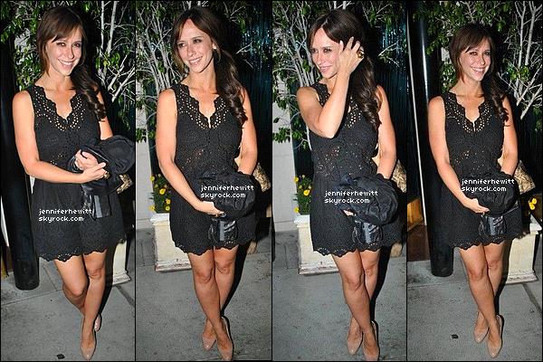 01/08/2012 - Jennifer Love Hewitt assez souriante à été vue en balade dans Beverly Hills.