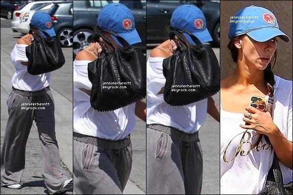 11/08/2012 - Jennifer Love Hewitt était en balade dans Studio City en se cachant des paparazzis.