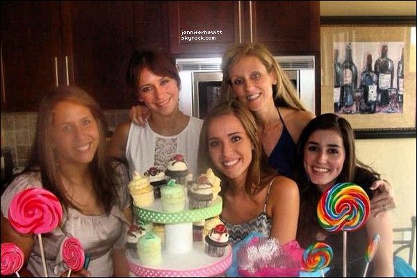 26/08/2012 - Jennifer Love Hewitt  a été vue en compagnie de fans en allant s'acheter quelques cupcakes.