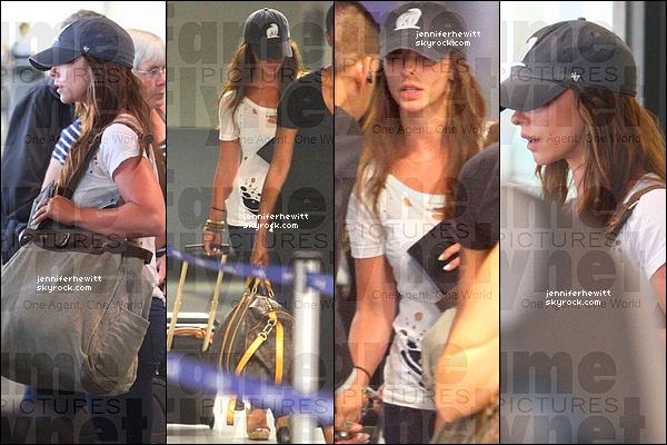 12/09/2012 - Enfin un aperçu de la belle Jennifer à l'aéroport de LAX, de retour de ses vacances au Mexique.
