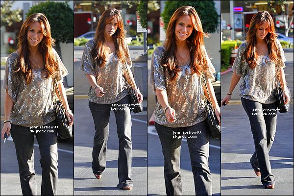 04/01/2012 - Jennifer Love Hewitt et un ami ont été vus près d'une libraire de rue dans la ville de Los Angeles.