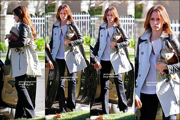 02/01/2012 - C'est avec une mine mécontente que notre Jennifer Love Hewitt rentre chez elle à Los Angeles.