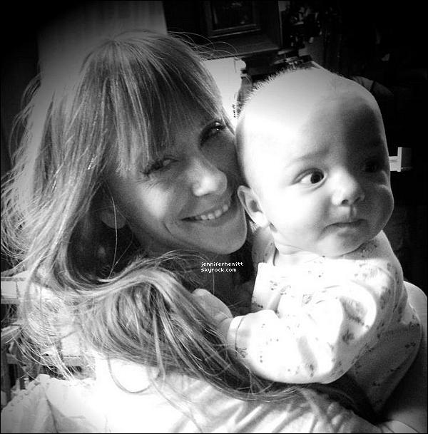 """28/01/2013 - Jennifer Love Hewitt s'est prise en photo sur le set de """"TCL"""" en compagnie d'un petit bout."""