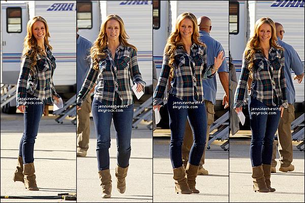 """01/02/2013 - C'est tout sourire et ravissante que Jennifer Love Hewitt a été aperçue sur le set de """"The Client List""""."""