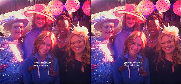 """24/01/2013 - Jennifer Love Hewitt a été prise en photo avec ses collegues et une fan sur le set de """"TCL""""."""