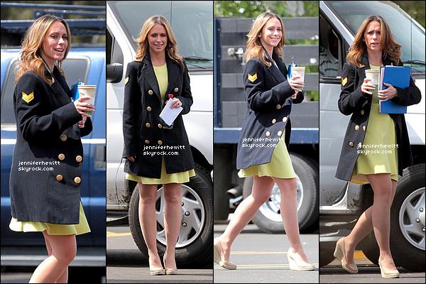 """25/03/2013 - Jennifer Love Hewitt à été aperçue sur le tournage de """"The Client List"""" dans une chouette robe."""