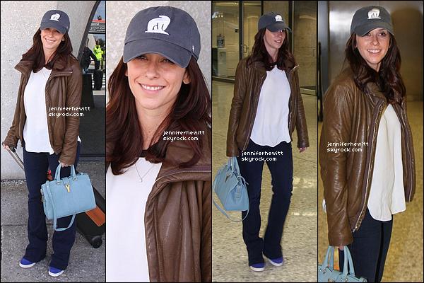 22/04/2013 - Jennifer Love Hewitt était à l'aéroport de Washington avec une nouvelle couleur de cheveux.