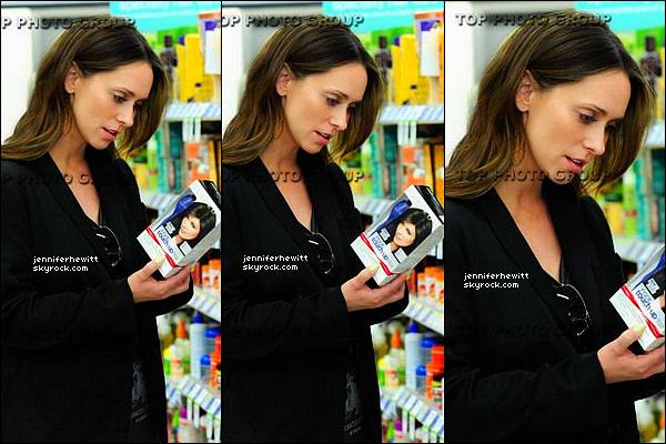 29/04/2013 - Jennifer Love Hewitt a été aperçue dans un supermarché pour effectuer quelques courses.
