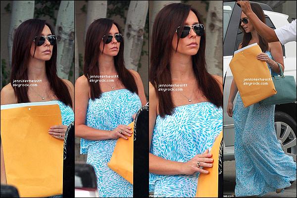 25/06/2013 - Jennifer Love Hewitt à été aperçue dans Los Angeles en longue robe d'été pour affaires.