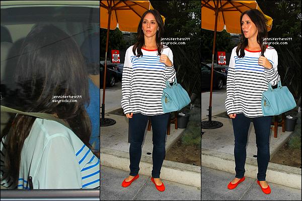 06/07/2013 - La radieuse JLove Hewitt s'est rendue au ROC Star Dumpling House à Los Angeles.