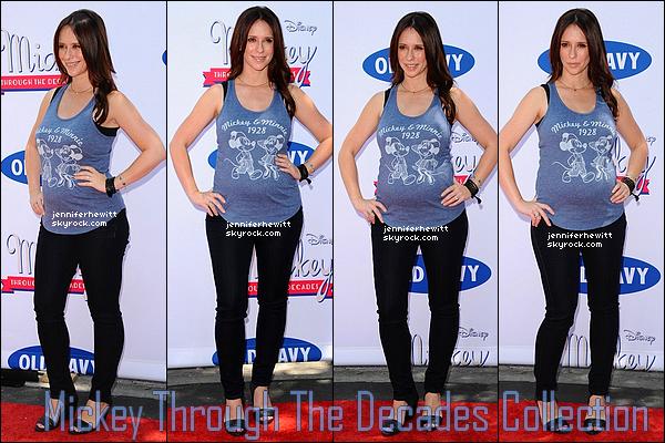 13/07/2013 - Jennifer, Rebecca Field et quelques amies ont été vues se rendant à l'évènement d'Old Navy à LA.
