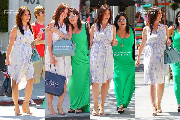 17/07/2013 - Notre jeune maman a été aperçue dans les rues de Beverly Hills pour une séance détente shopping.