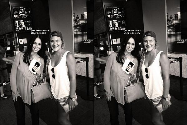 25/07/2013 - Jennifer Love Hewitt et Brian Hallisay ont été aperçu en plein moment shopping dans Los Angeles.