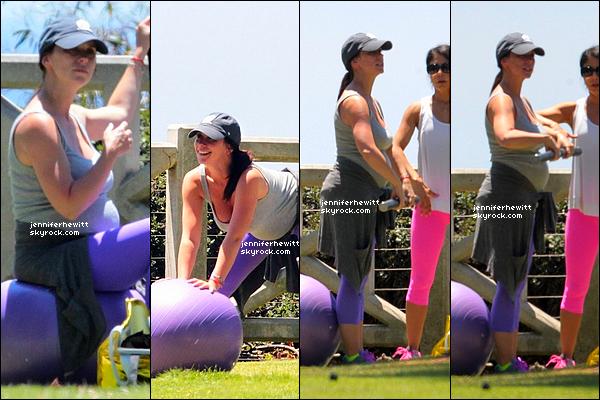 08/08/2013 - Jennifer Love Hewitt à été aperçue en plein exercice de yoga prénatal dans la ville de Santa Monica.