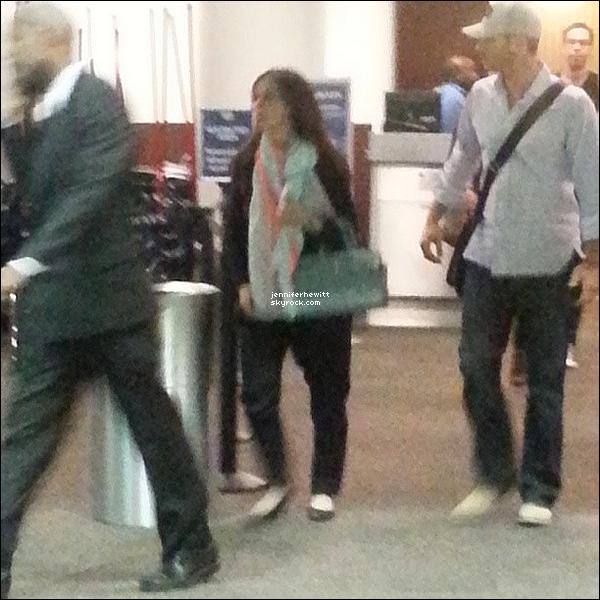 01/08/2013 - Notre belle maman Hewitt a été vue avec une fan à l'aéroport en direction de Washington.