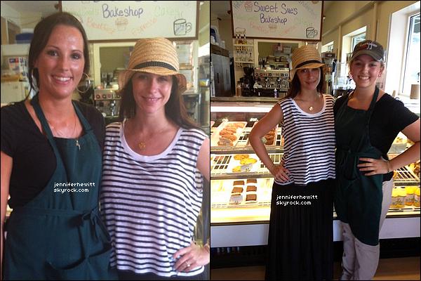 06/08/2013 - JLove a été prise en photo dans une boulangerie de Los Angeles avec les membres du personnel.