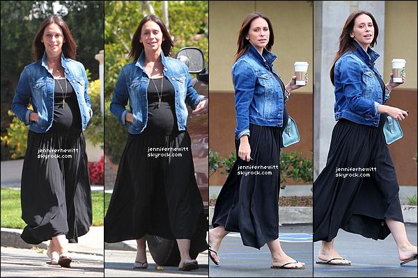 09/08/2013 - Jennifer Love Hewitt s'est rendue dans Los Angeles pour aller chercher une boisson au Starbucks.