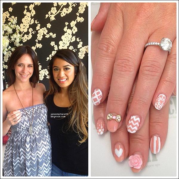 11/08/2013 - Miss Jennifer Love Hewitt a été se faire chouchouter les ongles au Chi Nail Bar dans Los Angeles.