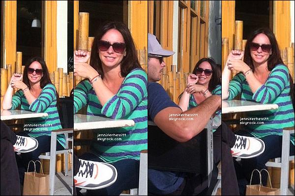12/08/2013 - Jennifer Love Hewitt, radieuse à été vue à un restaurant avec Brian Hallisay dans Santa Monica.