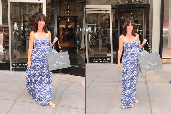 21/08/2013 - Jennifer Love Hewitt à été vue en balade dans la grande ville de New York en plein shopping.