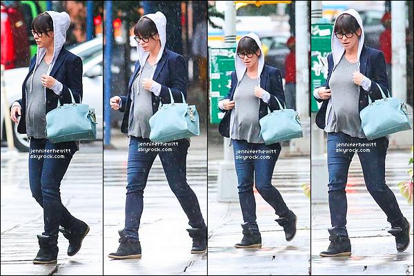 22/08/2013 - En séjour à New-York avec Brian, la belle JLH était de sortie de leur hotel sous la pluie.