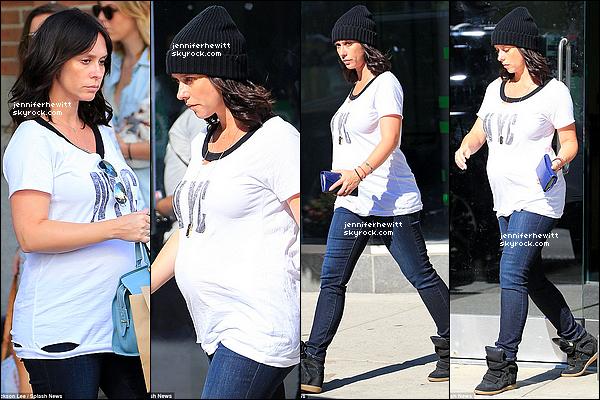 24/08/2013 - Jennifer Love Hewitt, toujours à New-York a été vue en séance shopping habillée décontractée.
