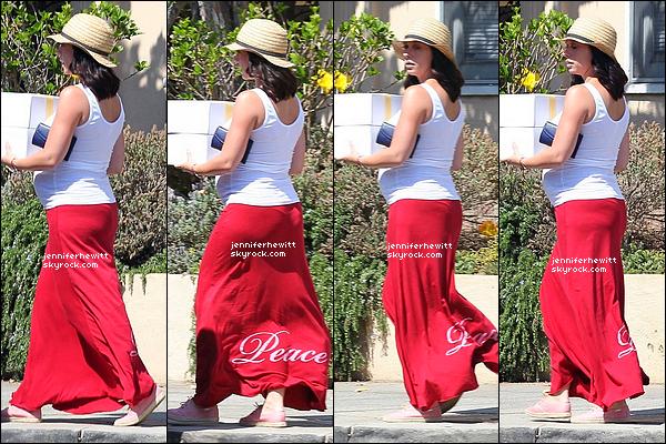 30/08/2013 - Jennifer Love Hewitt chargée d'un gâteau, a été aperçue seule dans les rues de Brentwood.