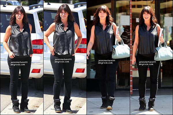13/09/2013 - Jennifer Love Hewitt en forme, a été vue dans Studio City pour affaires dans un restaurant.