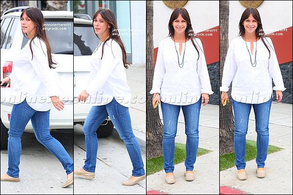 02/10/2013 - Jennifer Love Hewitt, toujours l'air épanouie a été vue lors d'une promenade dans Beverly Hills.