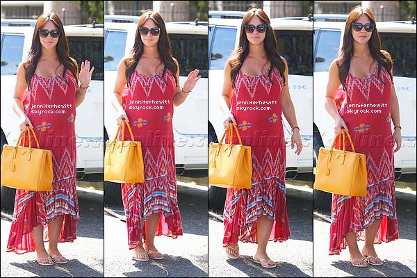 07/10/2013 - Dans Los Angeles, l'actrice Jennifer Love Hewitt rayonnante à été aperçue en pleine balade.